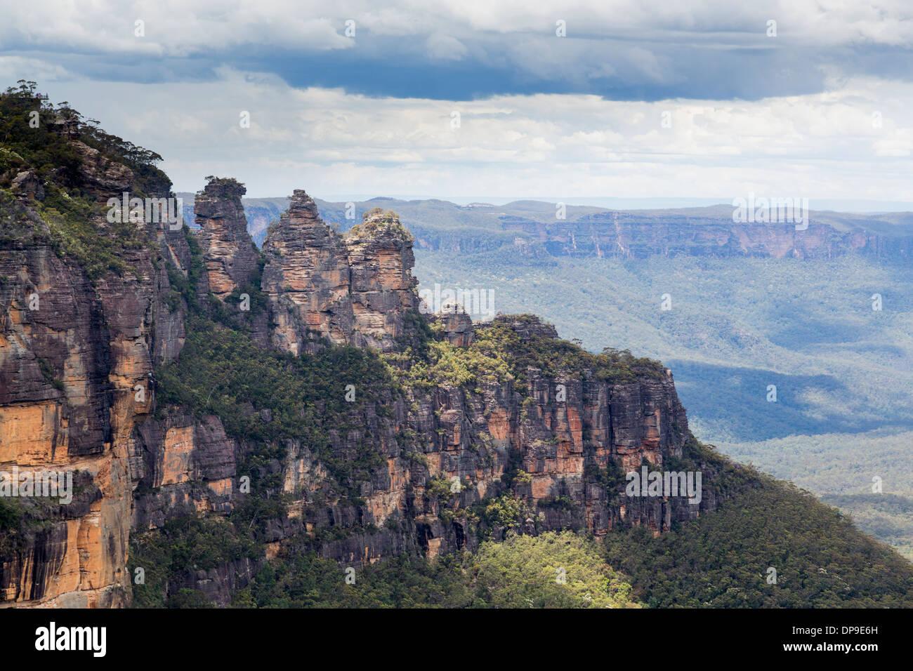 La formación rocosa Three Sisters vistas al acantilado desde el Mirador, Parque Nacional de las Montañas Azules, Nueva Gales del Sur, Australia Imagen De Stock