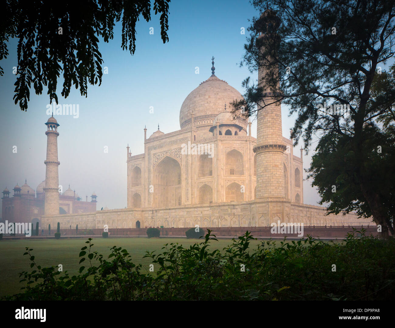 El Taj Mahal es un mausoleo de mármol blanco situado en Agra, Uttar Pradesh, India Imagen De Stock