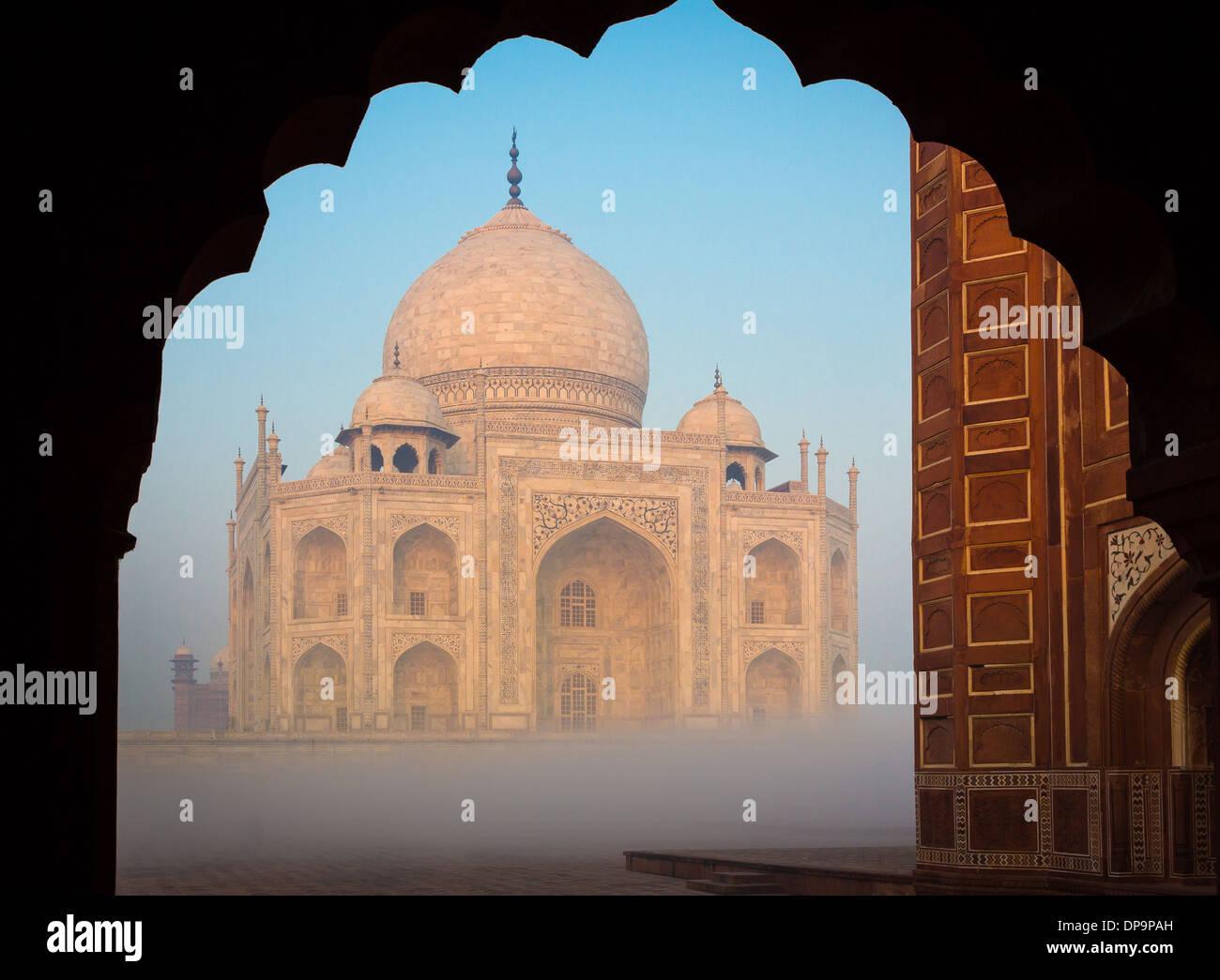 El Taj Mahal es un mausoleo de mármol blanco situado en Agra, Uttar Pradesh, India Foto de stock