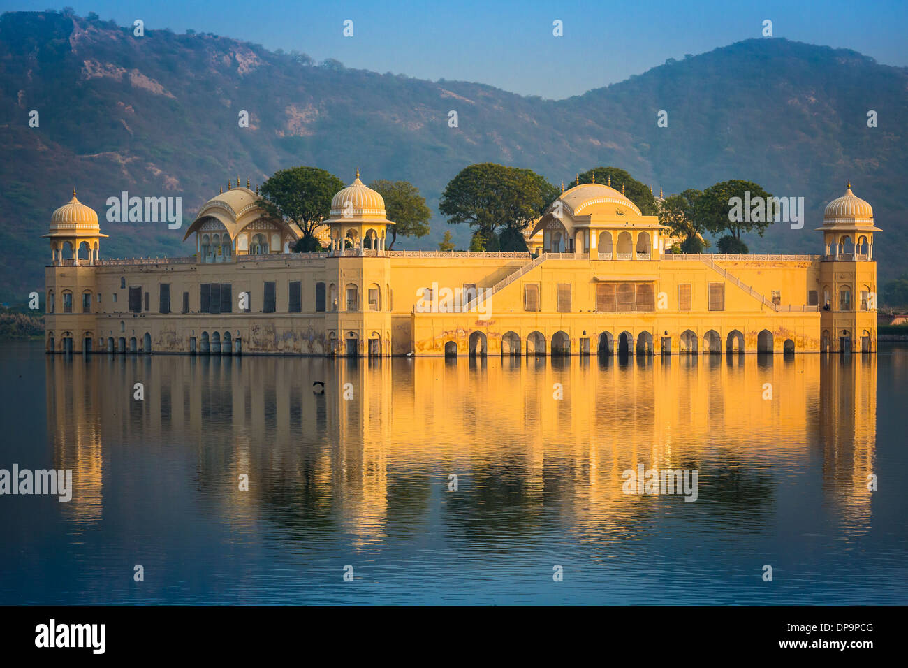 """Jal Mahal (que significa """"Palacio de agua') es un palacio situado en medio del lago Man Sagar en Jaipur, India Imagen De Stock"""