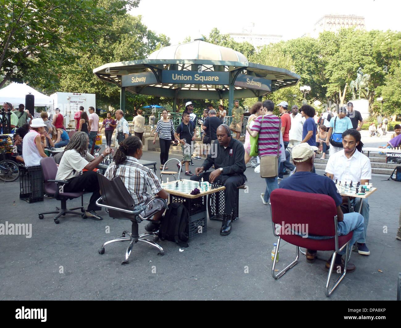 Nueva York, Estados Unidos. 17 Aug, 2013. Los jugadores de ajedrez sentarse en la Union Square, en Nueva York, Estados Foto de stock