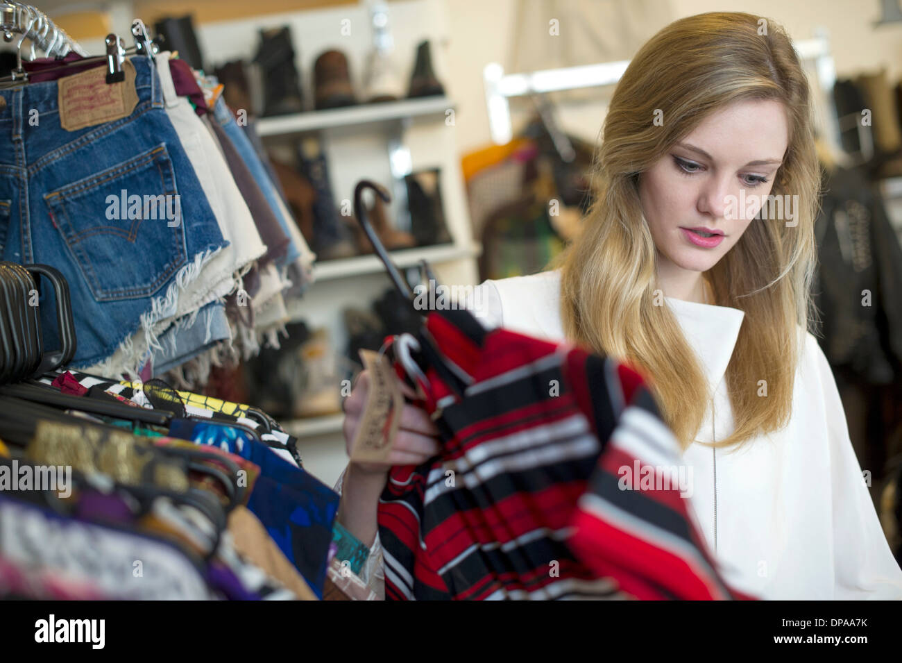 Mujer mirando su prenda superior Foto de stock