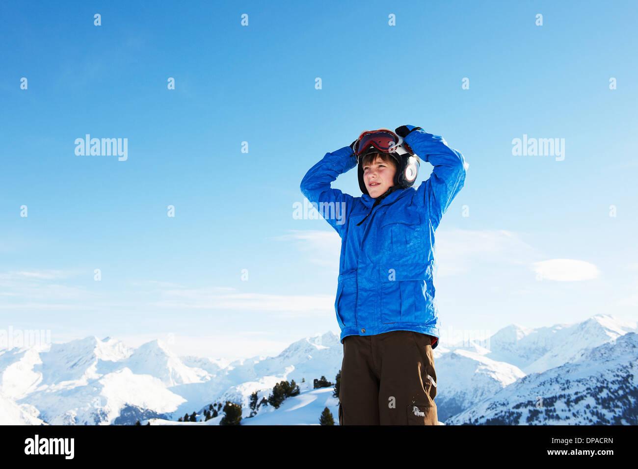 Retrato de niño con las manos en la cabeza, Les Arcs, Haute-Savoie, Francia Imagen De Stock