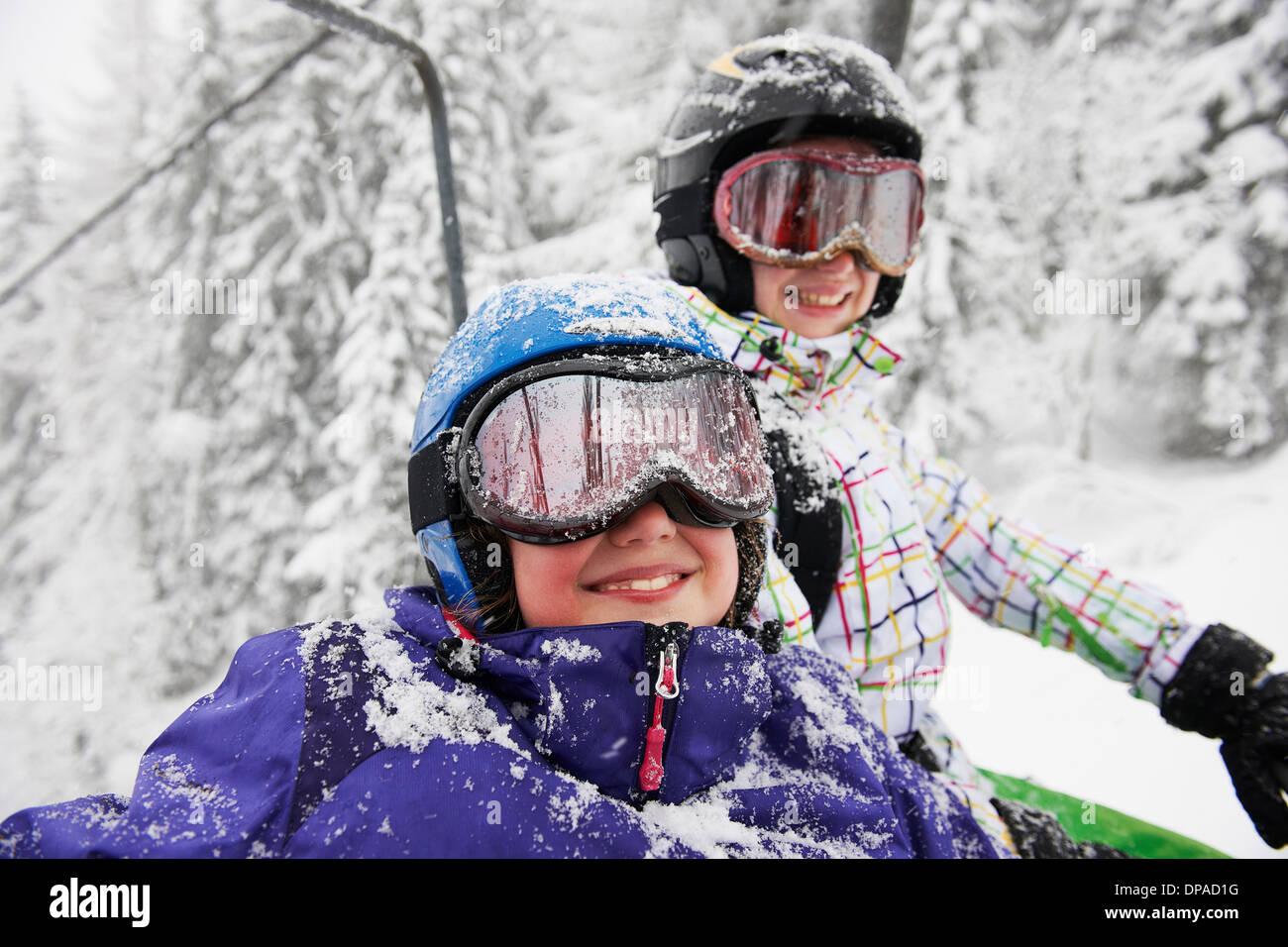 Retrato de hermanas, cubiertos de nieve, Hauste Villaroger Savoie, Francia Imagen De Stock