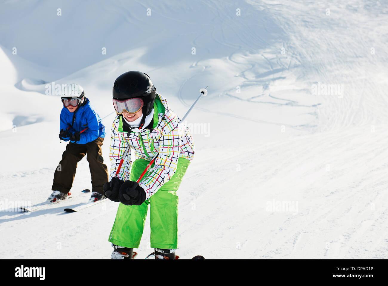 Hermano y hermana, esquí cuesta abajo, Les Arcs, Haute-Savoie, Francia Imagen De Stock