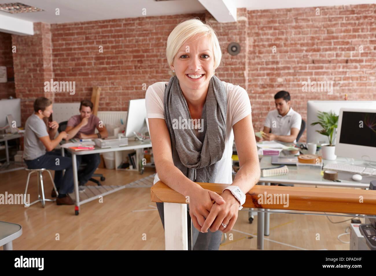 Retrato de mujer adulta media en la oficina creativa Imagen De Stock