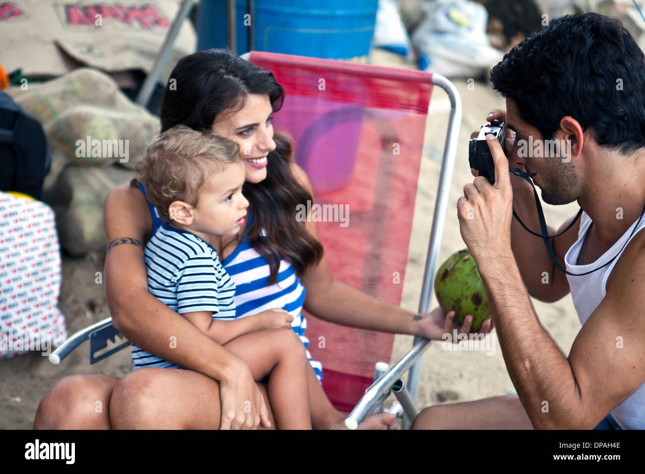 La madre y el hijo, el padre tomando la fotografía Foto de stock