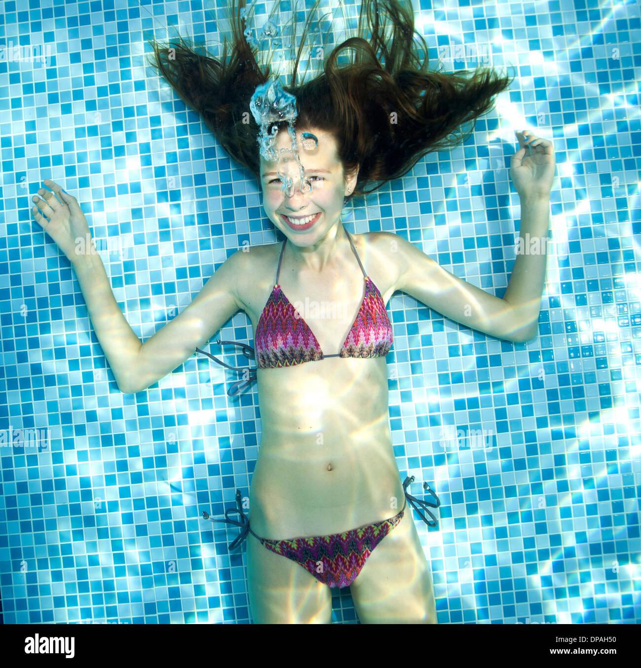 Chica bajo el agua en la piscina Foto de stock
