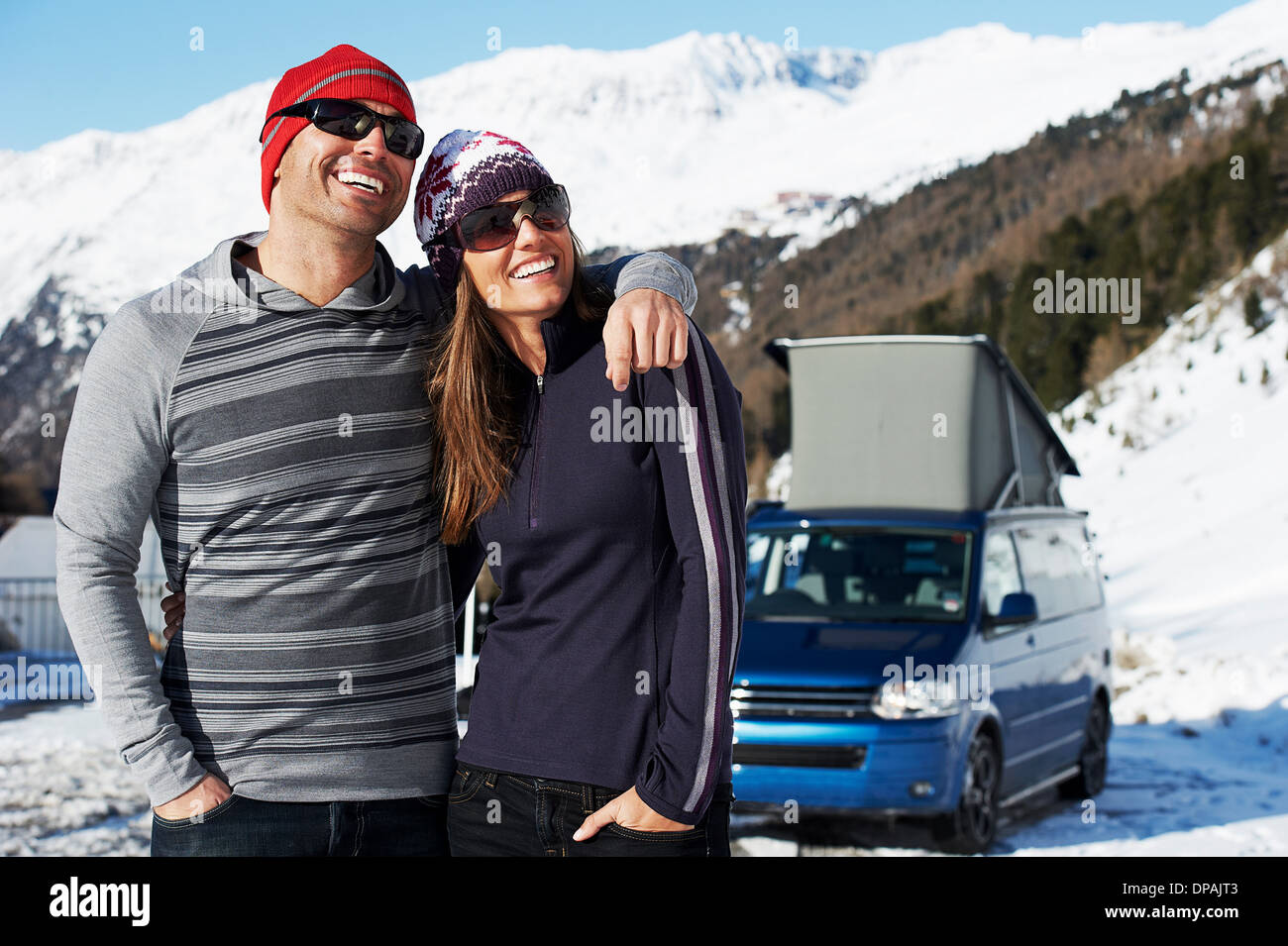 A mediados pareja adulta con el coche en el fondo, Obergurgl, Austria Imagen De Stock
