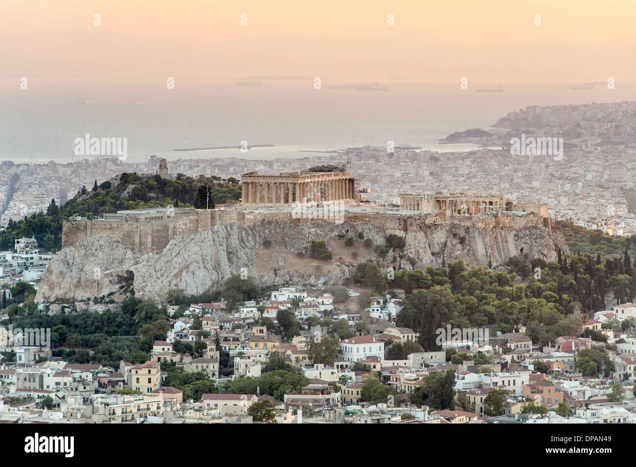 Vistas del Partenón y la colina de la Acrópolis en Atenas, la capital de Grecia. Imagen De Stock