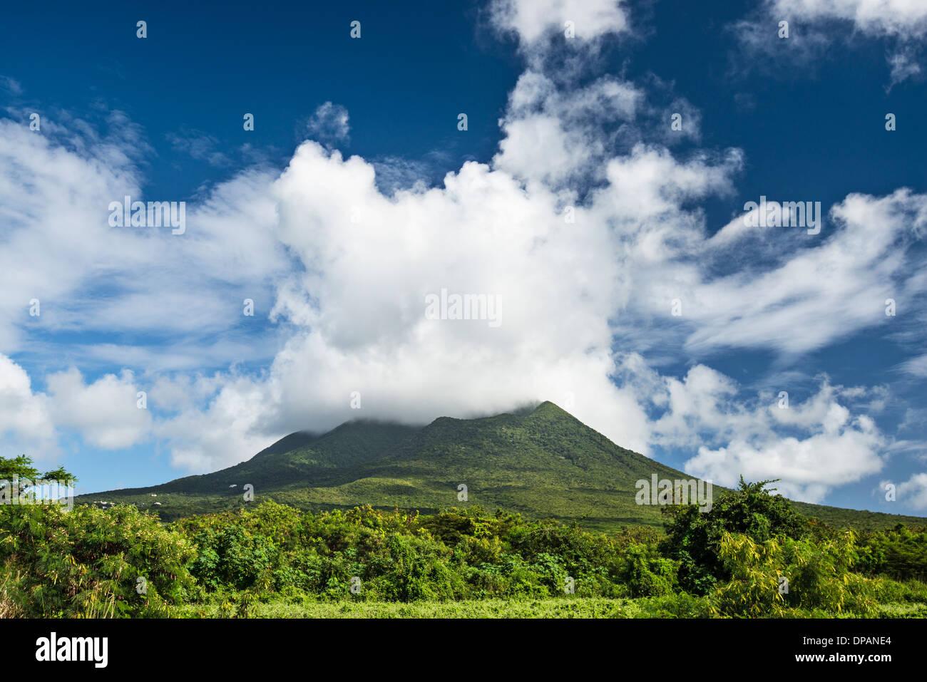 Nevis Peak, un volcán en el Caribe. Foto de stock