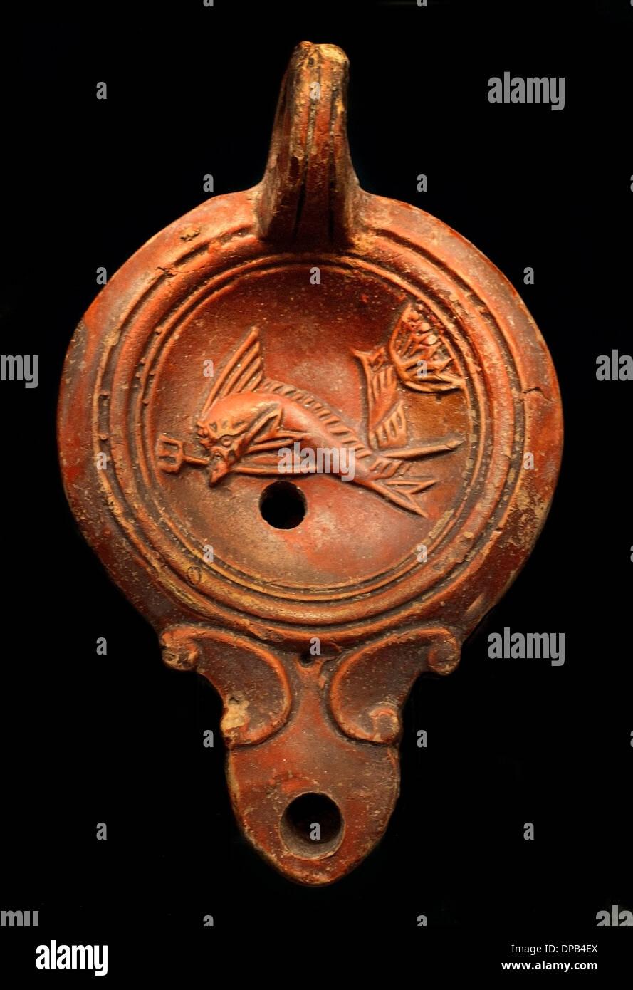 Símbolos del dios del mar Poseidón (El delfín es el boon acompañantes de los marineros) Lámpara de Aceite 100 AD Roman Imagen De Stock