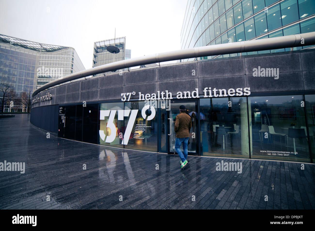 37 centro de salud y gimnasio en Londres, Reino Unido. Hombre caminando fuera Imagen De Stock