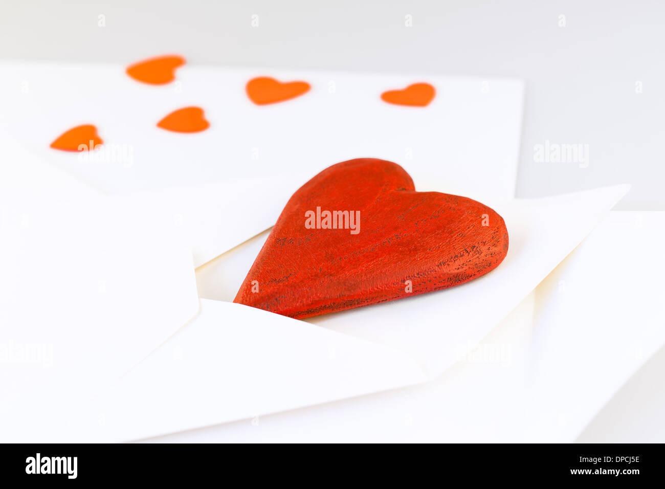 Corazón De Madera Roja En El Sobre Carta De Amor Foto Imagen De