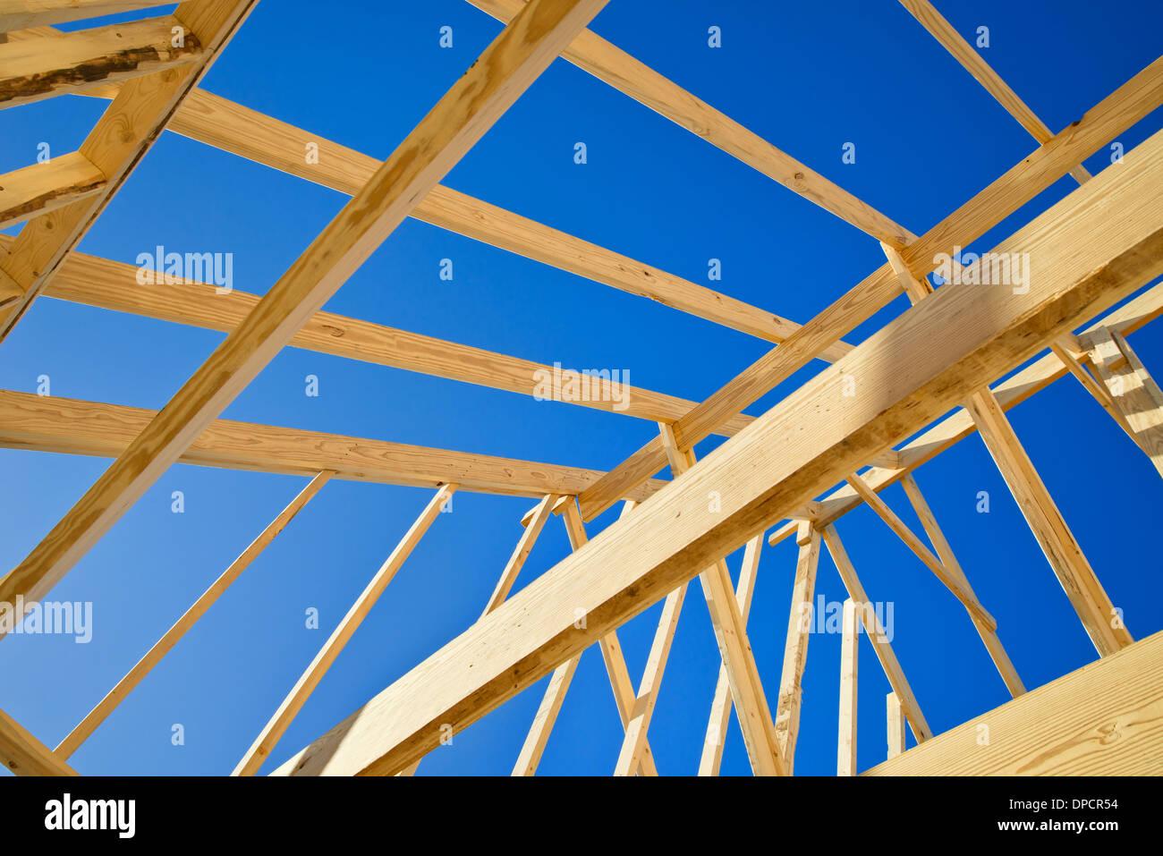 Construcción nueva Inicio enmarcar contra el cielo azul, el ...
