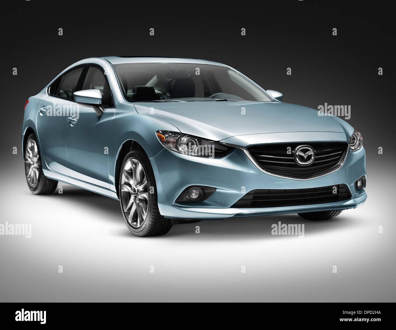 Blue 2014 Mazda Mazda6 coche sedán de tamaño mediano aislado sobre fondo gris con trazado de recorte Imagen De Stock