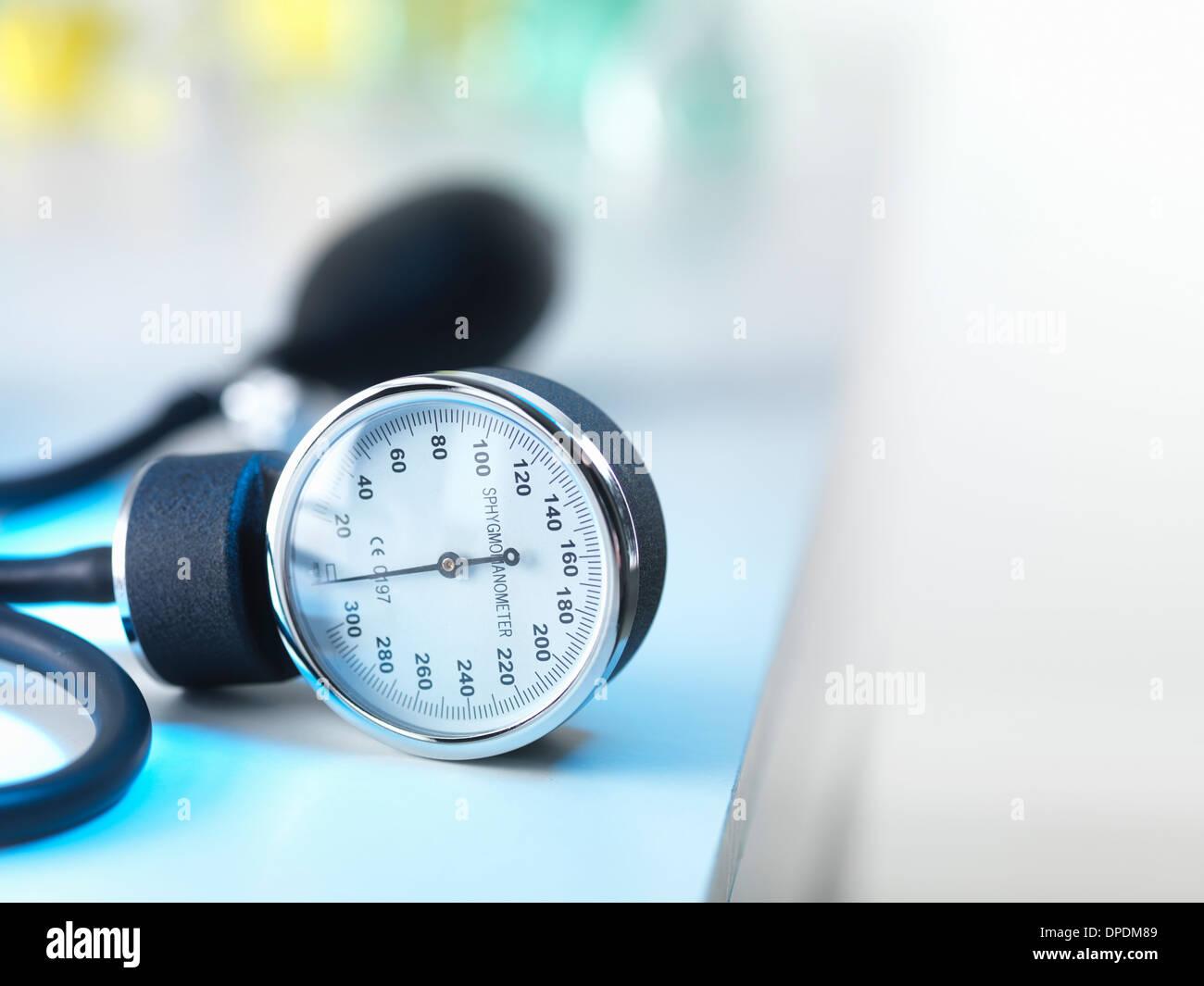 Manómetro de presión de la sangre en los médicos de la cirugía Imagen De Stock