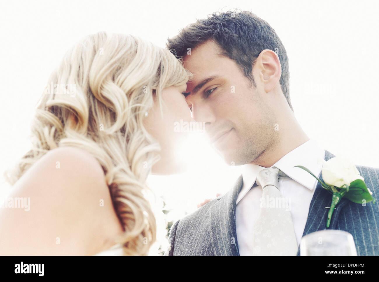 Pareja de recién casados tocando las narices Foto de stock