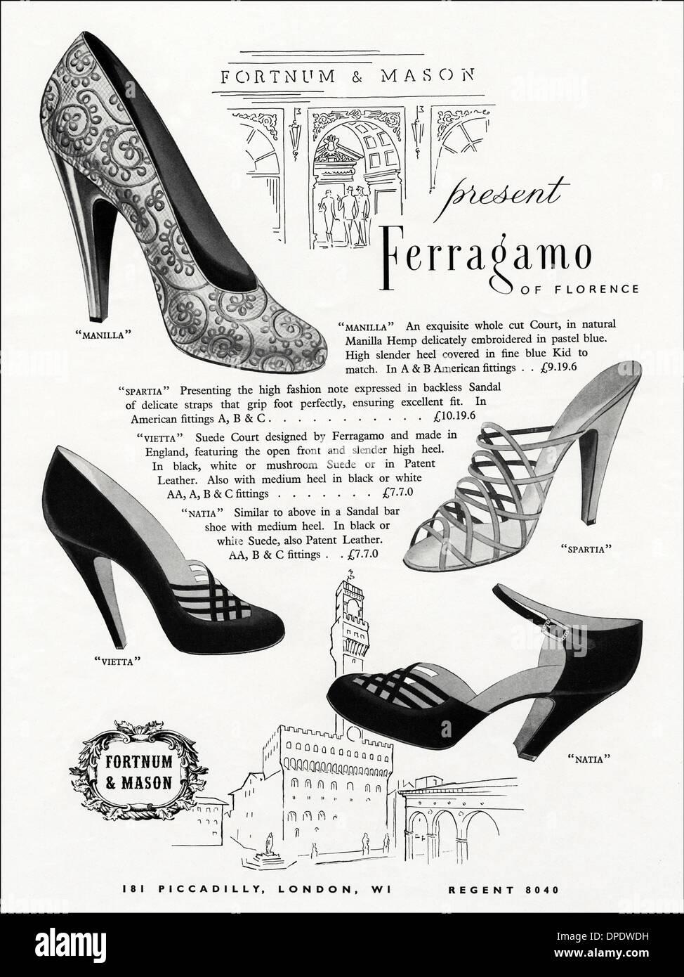 887fed20 1950 Publicidad publicidad lady's zapatos de FERRAGAMO de Florencia para  venta en Fortnum & Mason de Londres. Anuncio en revista de moda mujer circa  1952.