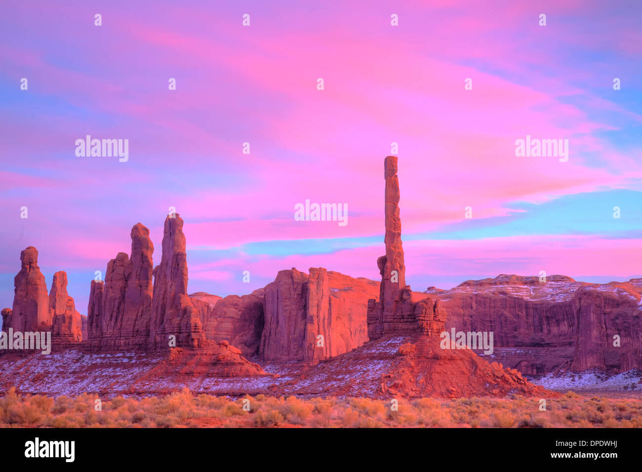 El Tótem al atardecer, Monument Valley Tribal Park, Arizona reserva Navajo, delgado pináculo de piedra arenisca de Chelly Imagen De Stock