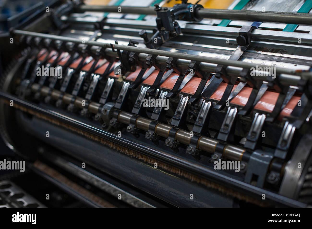 Impresión de papel cerca de la máquina en el taller de impresión Imagen De Stock