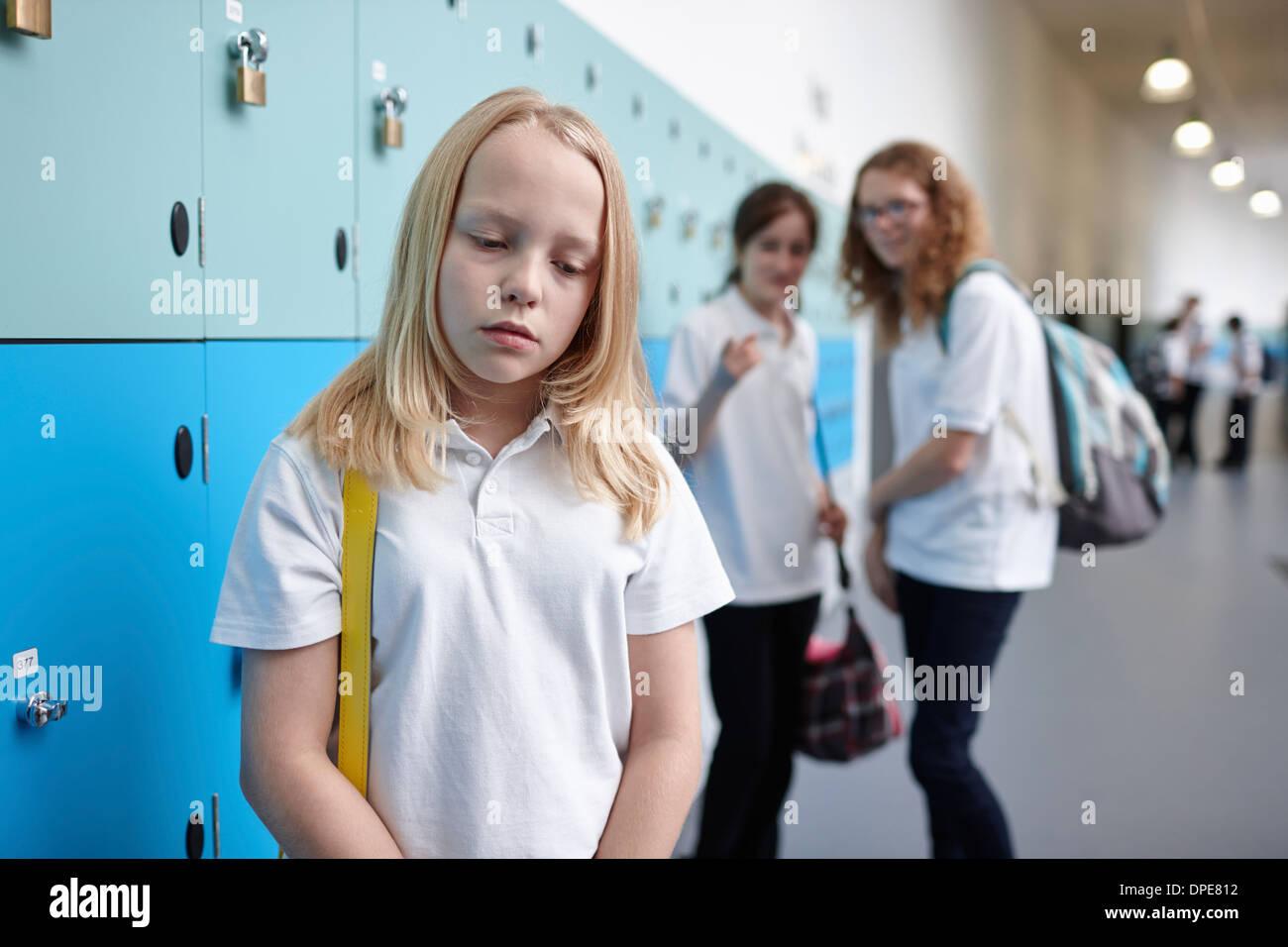 Colegiala ser intimidado en la escuela pasillo Imagen De Stock