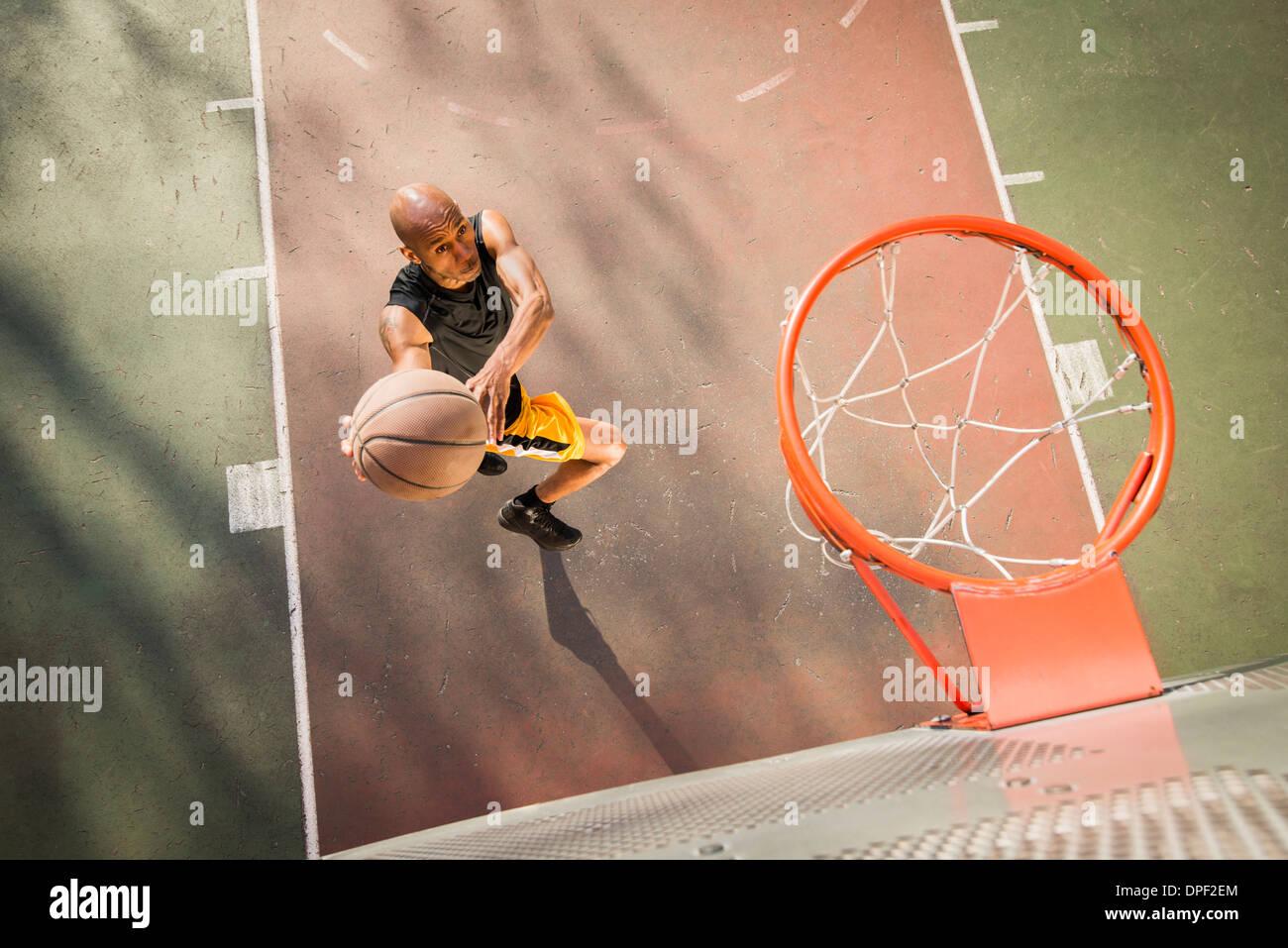 El jugador de baloncesto disparar Imagen De Stock