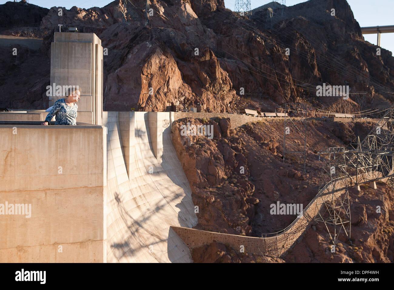 Senior mujer mirando desde la represa Hoover, Nevada, EE.UU. Imagen De Stock
