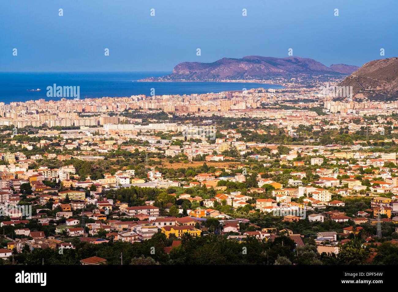 Paisaje urbano de Palermo (Palermu) y la costa de Sicilia, visto desde Monreale, Sicilia, Italia, el Mediterráneo, Europa Imagen De Stock