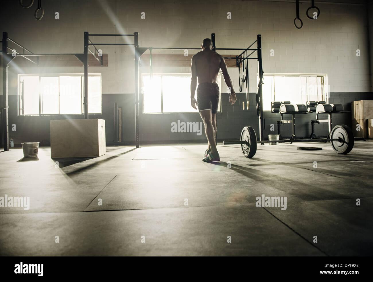 Joven preparándose para el ejercicio en el gimnasio bar Imagen De Stock