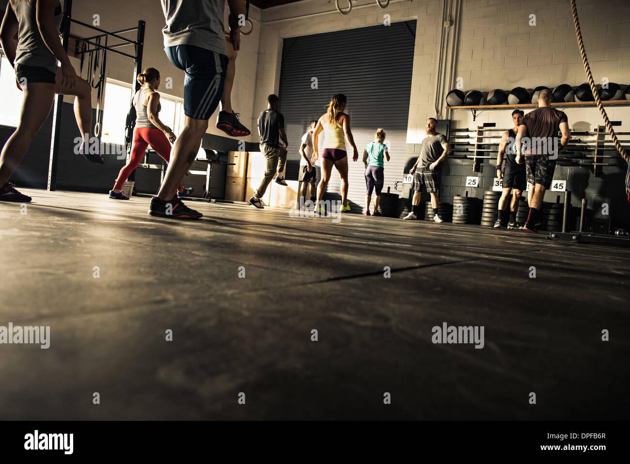 Formación del grupo de fitness en el gimnasio juntos Imagen De Stock