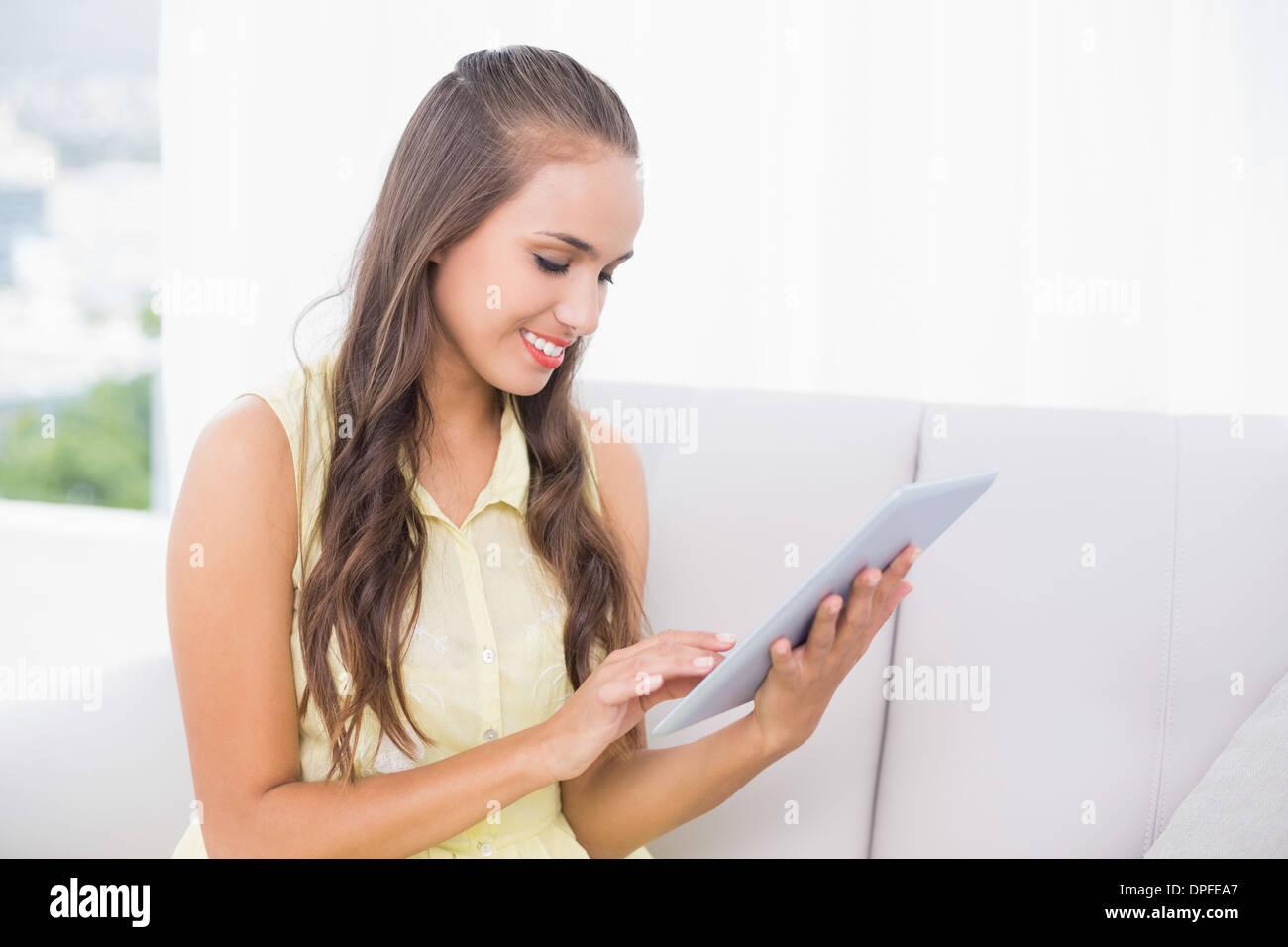 Contenido joven morenita con tablet Imagen De Stock