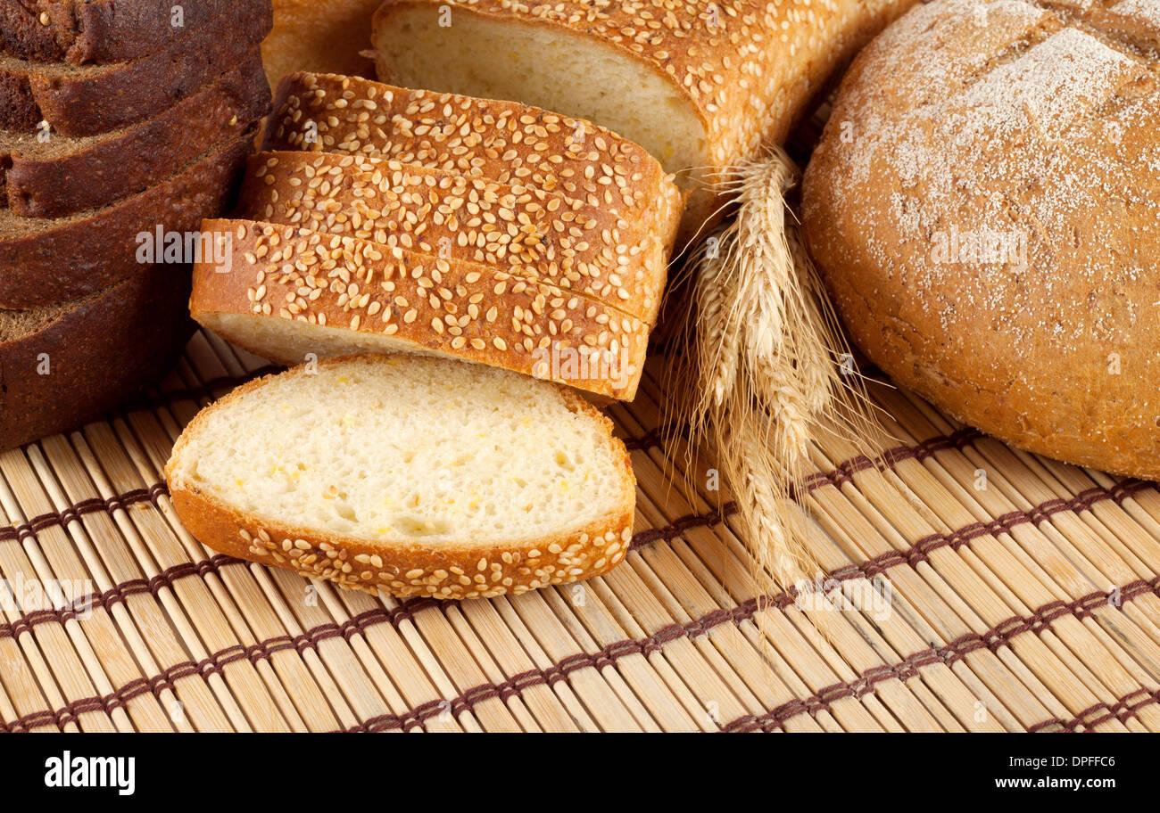 Blanco y negro fresco pan con trigo spikelets Foto de stock