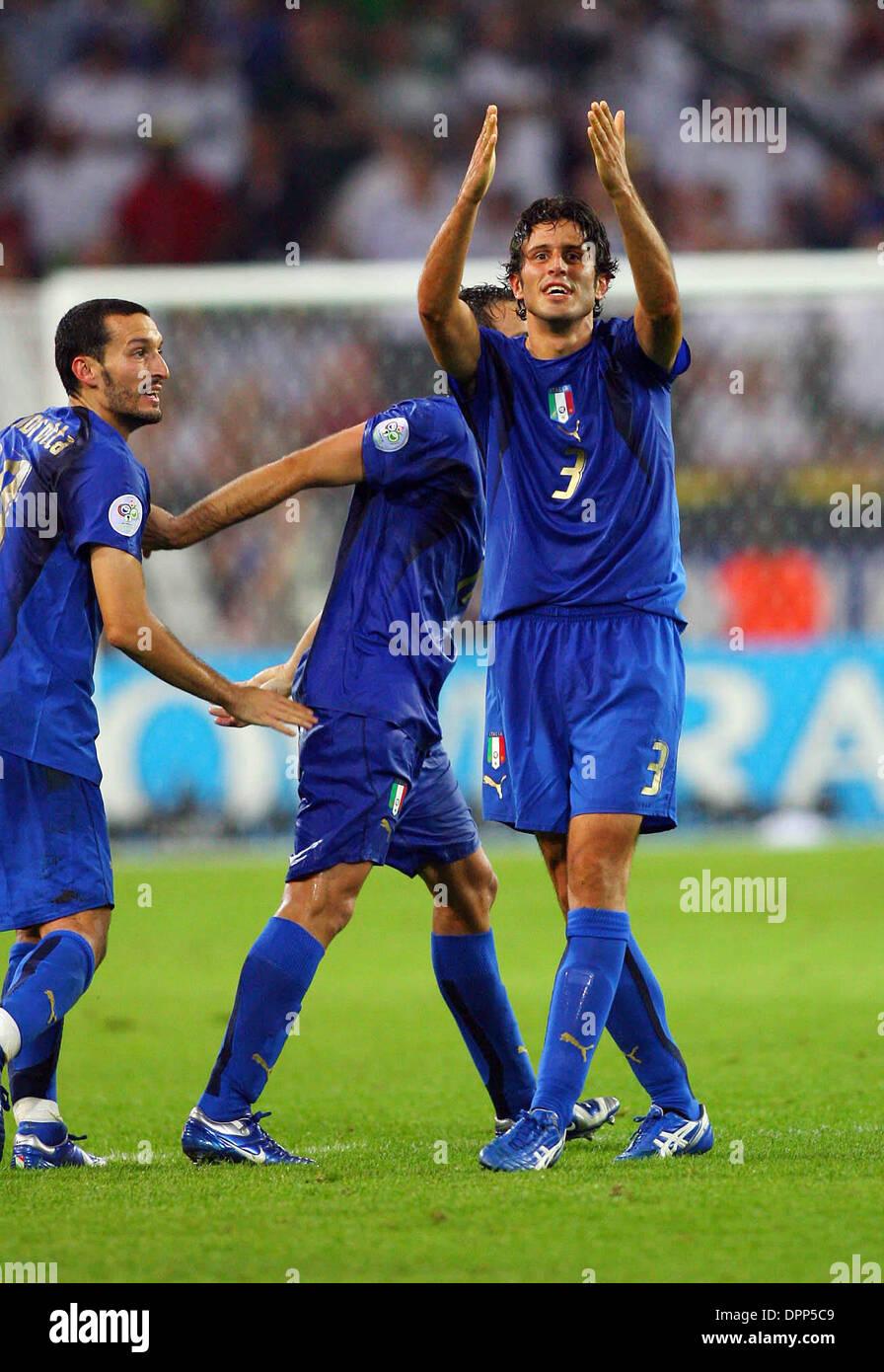 Julio 4, 2006 - Dortmund, Alemania - FABIO GROSSO.CELEBRA ANOTANDO ITALIA 1ª meta.Alemania contra Italia..FABIO Foto de stock