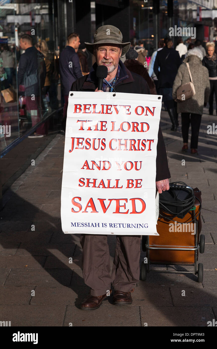 El centro de la ciudad de High street predicador religioso con poster. Imagen De Stock