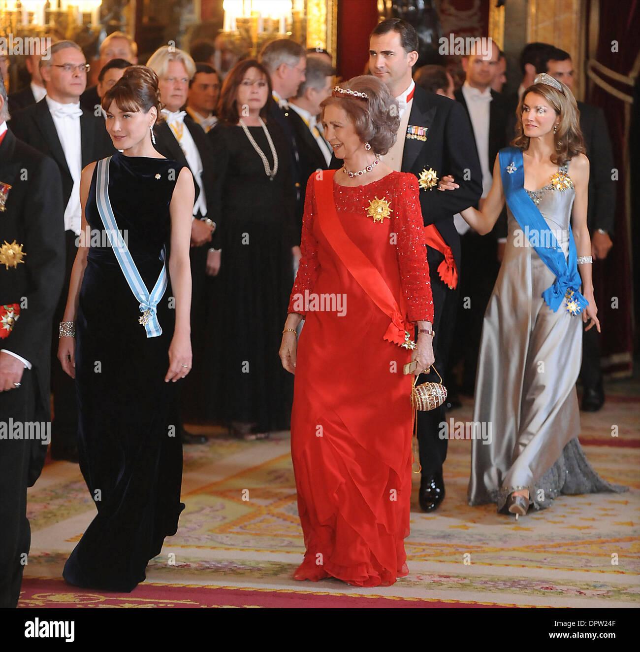 Apr 27, 2009 - Madrid, Madrid, España - Palacio Real. CARLA BRUNI Sarkozy, la Reina Sofía, el Príncipe Felipe y Foto de stock