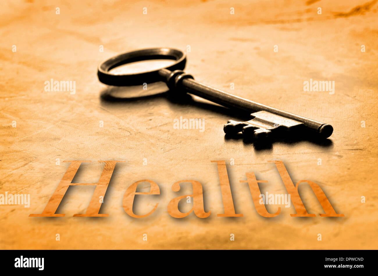 Clave para la salud en un viejo escritorio de madera desgastada Imagen De Stock