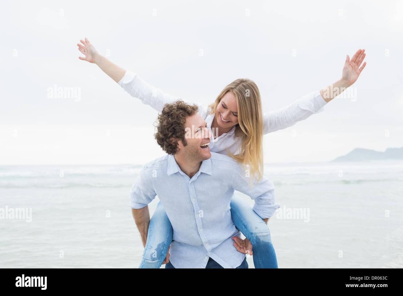 Hombre Mujer de espaldas a la playa Imagen De Stock