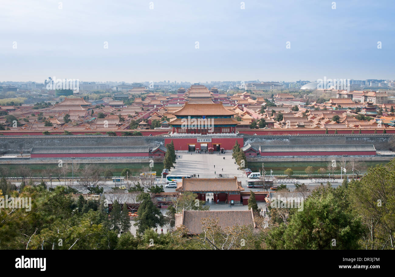 Puerta de Poder Divino o puerta de la habilidad divina, puerta norte de la Ciudad Prohibida en Beijing, China, visto desde el parque Jingsha Foto de stock