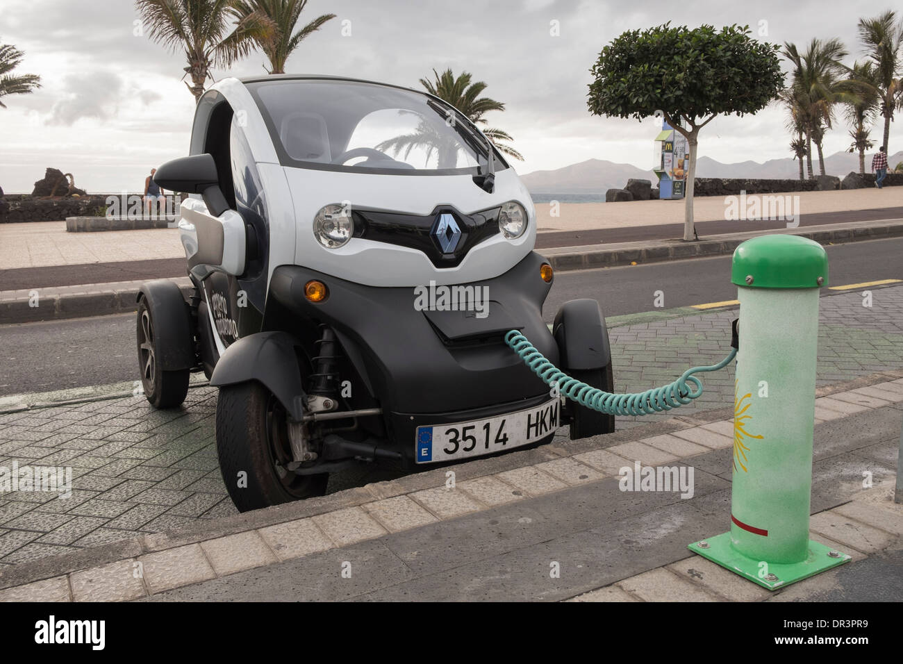 El Twizy Renault coche eléctrico alimentado por batería enchufado a un Sol-lar el punto de carga de la batería en la carretera en Islas Canarias, España Imagen De Stock