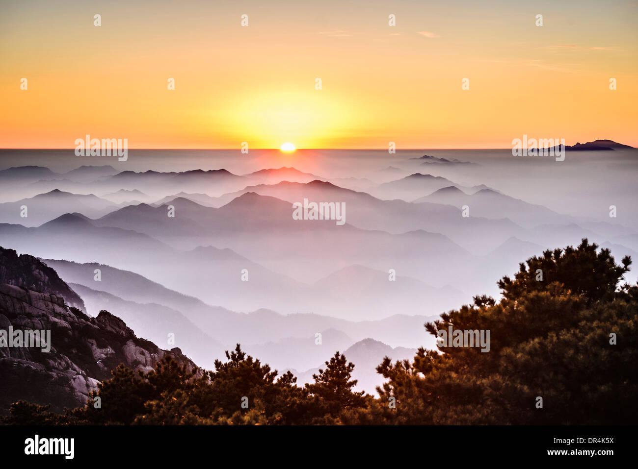 Vuelco de niebla montañas rocosas, Huangshan, Anhui, China Imagen De Stock