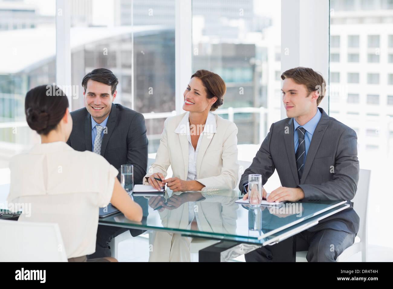 Los reclutadores comprobando el candidato durante una entrevista de trabajo Imagen De Stock