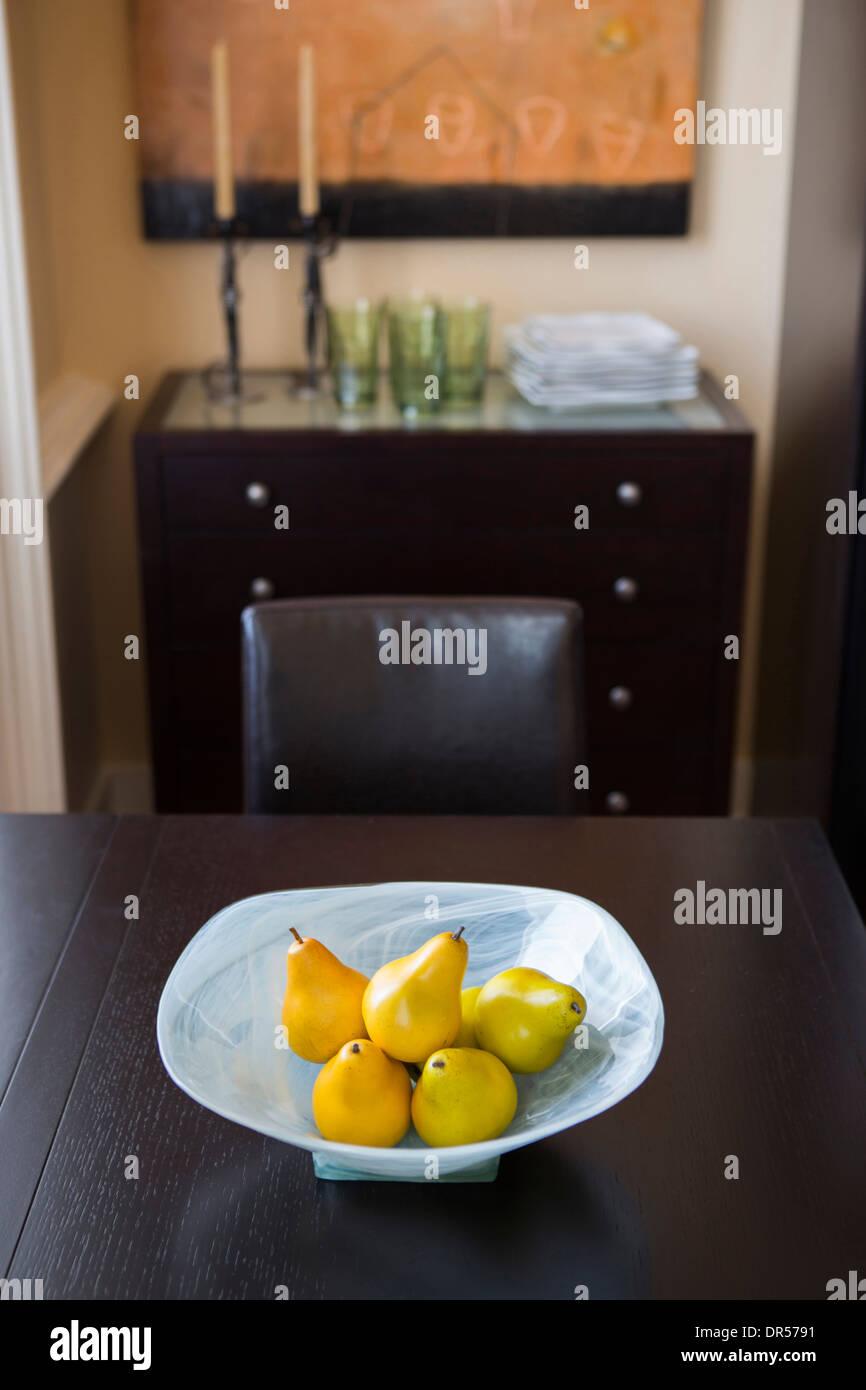 Plato de frutas en la mesa de comedor Imagen De Stock