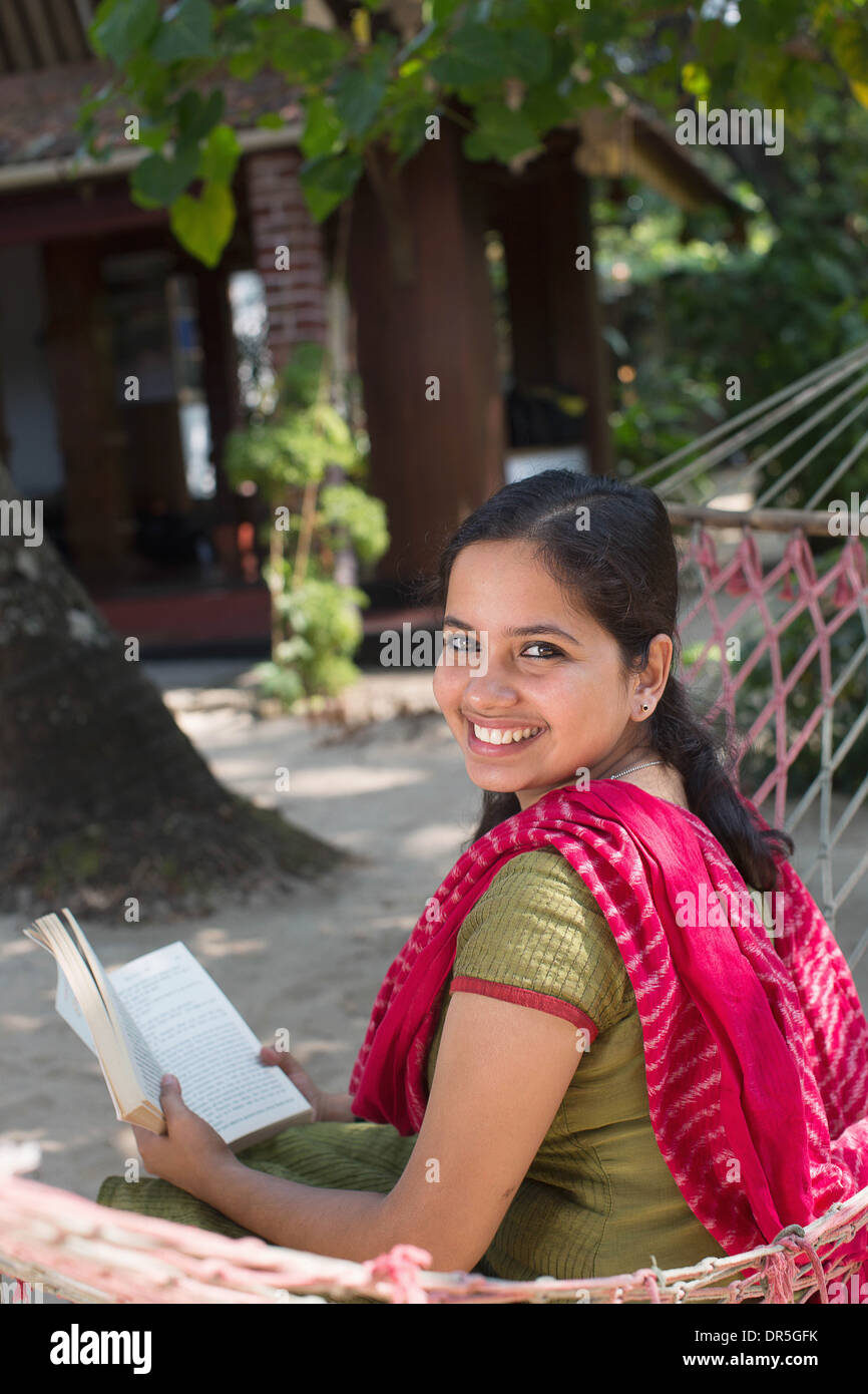 Bonita mujer india en hamaca Foto de stock