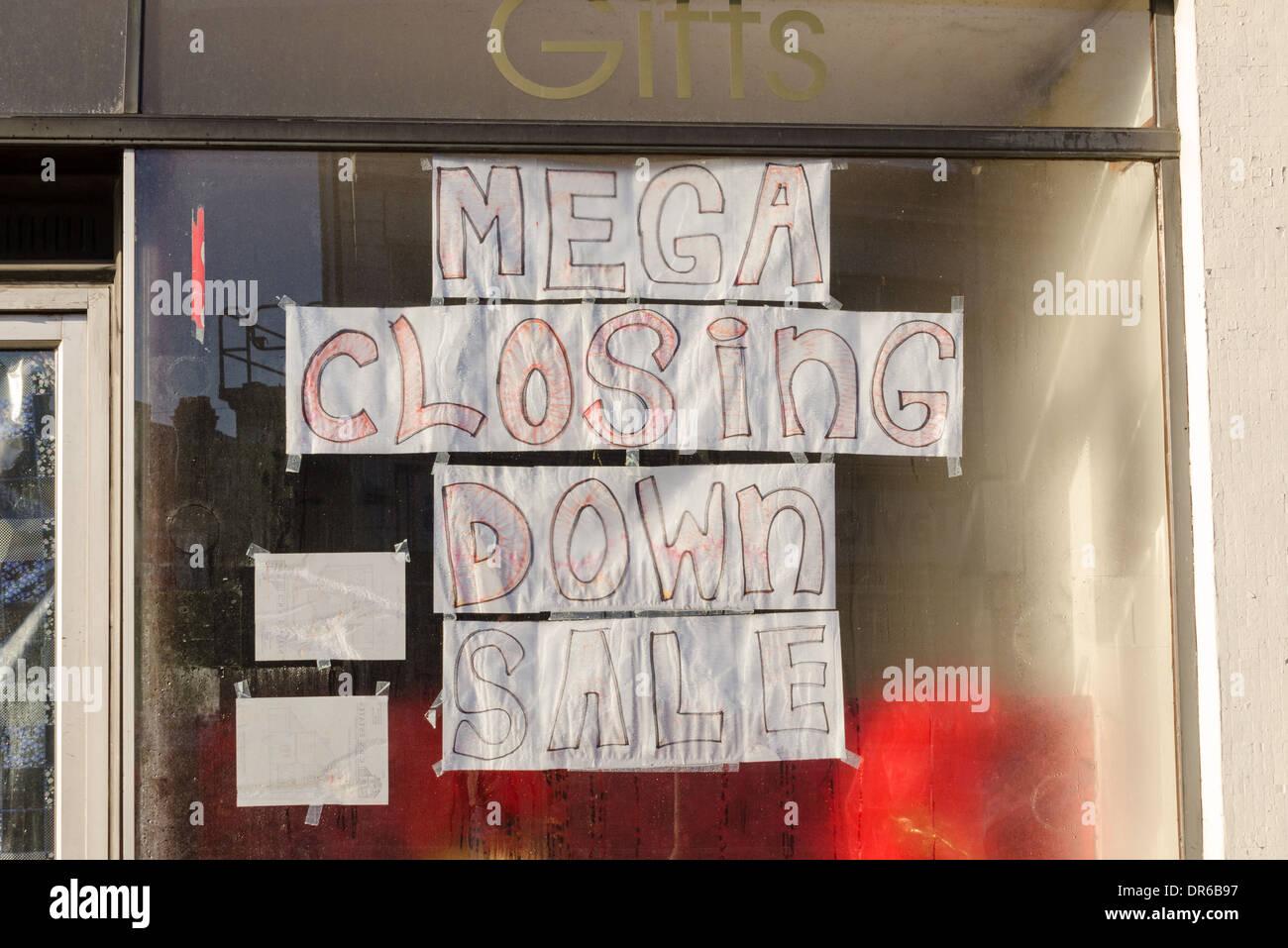 Mega cerrando la venta poster dibujado a mano en el escaparate Imagen De Stock