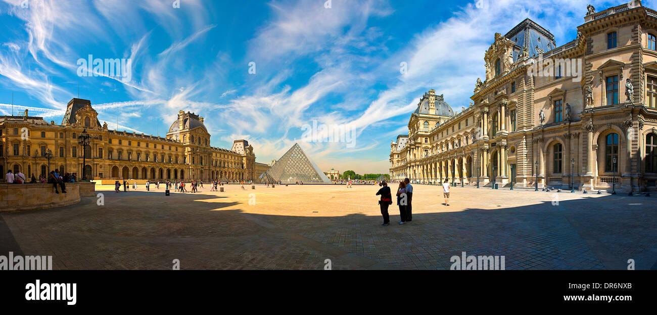 El museo del Louvre en París, Francia Foto de stock