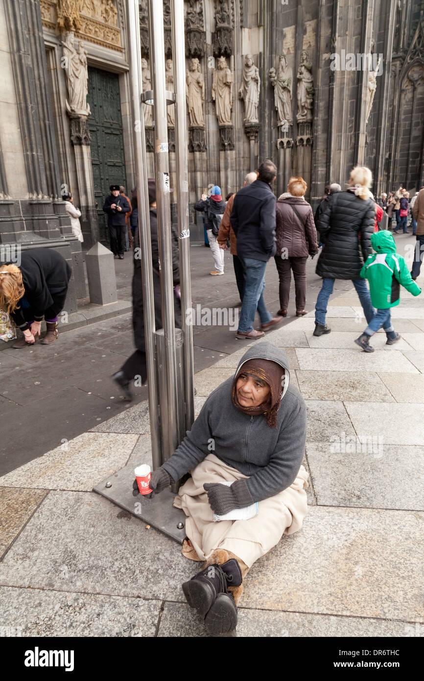 Las personas sin hogar que piden limosna en la calle, pobreza, Colonia (Köln), Alemania Europa Imagen De Stock