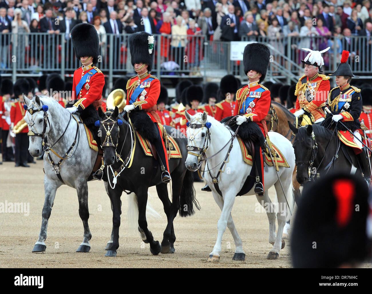 La reina Isabel II y el Príncipe Felipe, Duque de Edimburgo, el Príncipe  Carlos, Príncipe de Gales, el duque de Kent, la Princesa Ana 2012 Trooping  la ceremonia de color en el