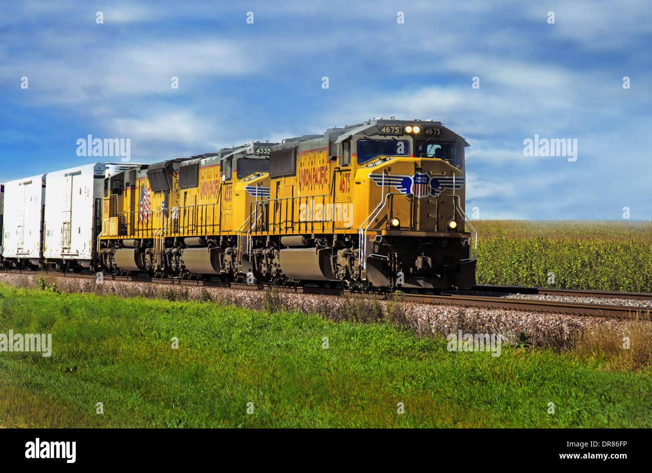 Union Pacific en las vías de tren cerca de la carretera cerca de Lincoln a Ashton, Illinois Imagen De Stock