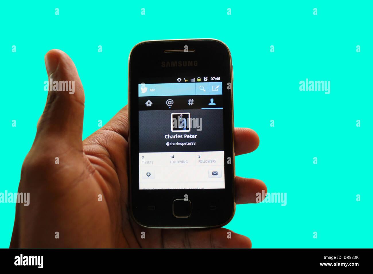 Página de inicio de Twitter en un smartphone Imagen De Stock